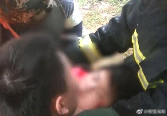 Bé gái được lính cứu hỏa giải cứu kịp thời.