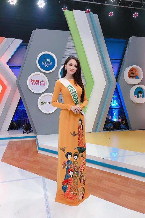 Hương Giang diện chiếc áo dài màu cam khitham gia hoạt độngnày. Nữ ca sĩ gây ấn tượng với vẻ đẹp đằm thắm, dịu dàng.