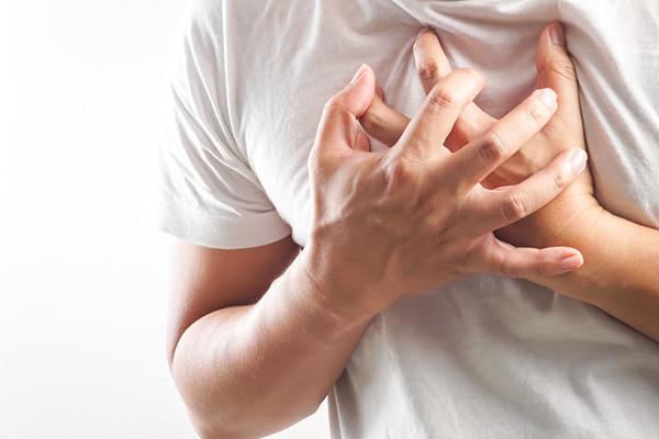 Tiềm ẩn nguy cơ gây đau tim Theo các nghiên cứu tại Harvard, chất béo nội tạng rất nguy hiểm vì tế bào mỡ này sẽ tác động và bơm các cytokine vào cơ thể. Đây cũng chính là loại hóa chất làm ảnh hưởng đến khả năng điều chỉnh insulin và huyết áp của tế bào. Khi các chức năng trên bị ảnh hưởng, nguy cơ mắc các vấn đề về tim mạch sẽ gia tăng.