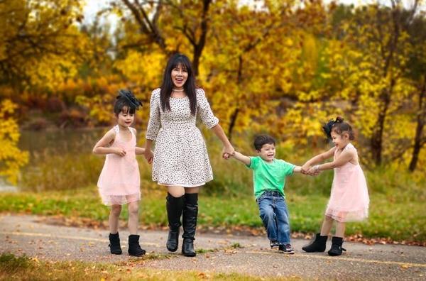 Chị Judy Hồng Phước cùng các con: bé Xuân Uyên (8 tuổi), Uyên Khanh (6 tuổi) và Khanh Nguyên (4 tuổi).