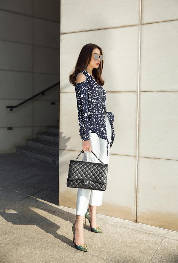 Các mẫu phụ kiện túi xách tay, kính mắt và giày cao gót kiểu dáng thanh lịch cũng được lựa chọn để tạo nên hình ảnh sang trọng và hiện đại cho Thanh Hằng.