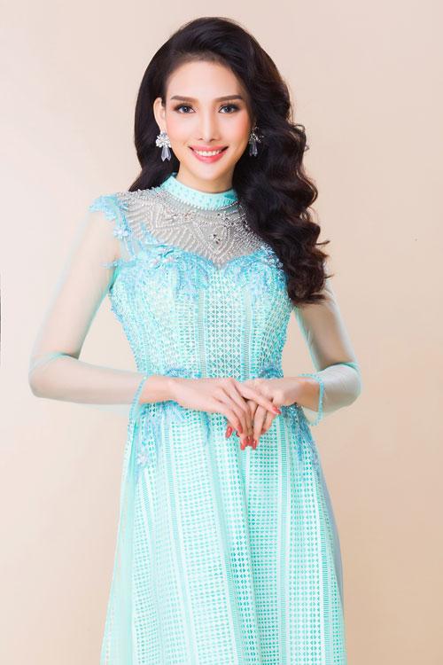 Tuy vậy, nhìn chung, áo dài cưới của tân nương đều mang sắc màu tươi sáng, dịu nhẹ như xanh, hồng pastel, trắng pha đỏ...