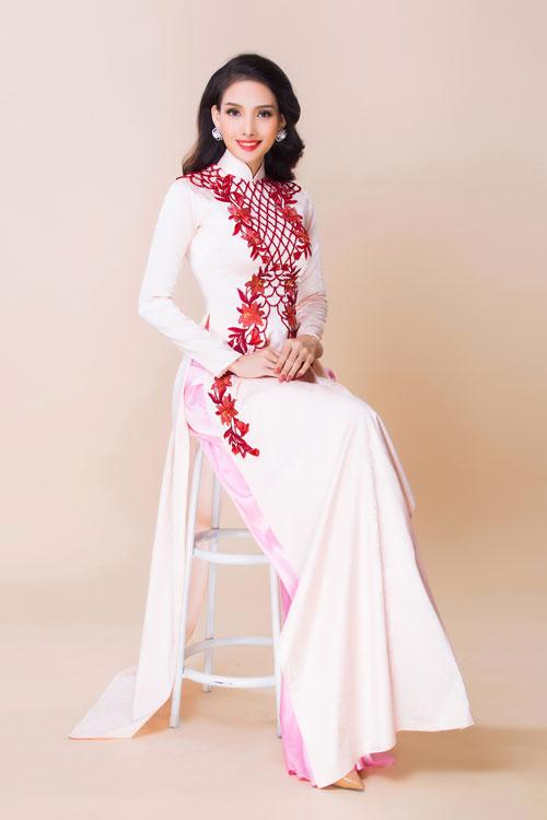 Nếu lo lắng về chiếc vai ngang, thô và vòng 2 lớn, cô dâu có thể chọn áo dài cưới thêu hoa văn khối chữ X trải dài từ vai tới qua hông.