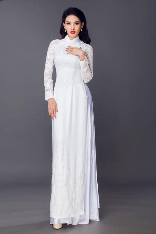 Áo dài cưới táp ren lưới màu trắnglà một gợi ý cho cô dâu vẫn muốn trung thành với màu sắc truyền thống nhưng nhấn vào phong cách trẻ trung, gợi cảm.