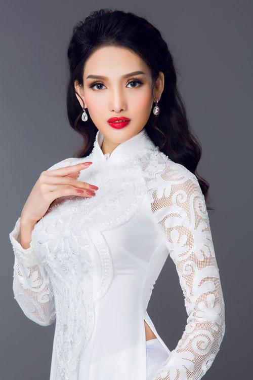 Thân áo thêu họa tiết nổi và kết cườm cầu kỳ nhưng cùng tone với tổng thể nên không tạo cảm giác khoa trương.