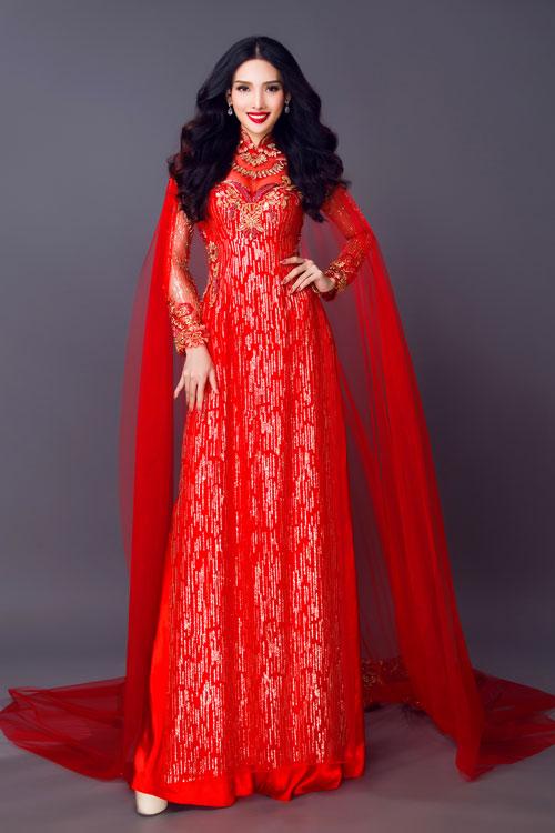Những cô dâu muốn trở nên lộng lẫy như một nữ hoàng ngày cưới có thể chọn kiểu áo dài màu đỏ 4 tà kèm áo choàng dài.