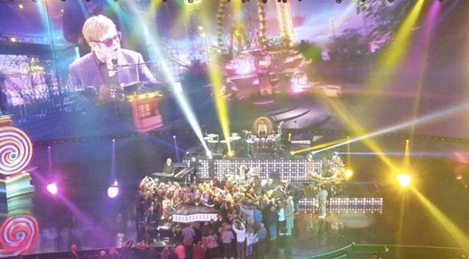 Elton John bực tức khi bị khán giả sờ vào người.