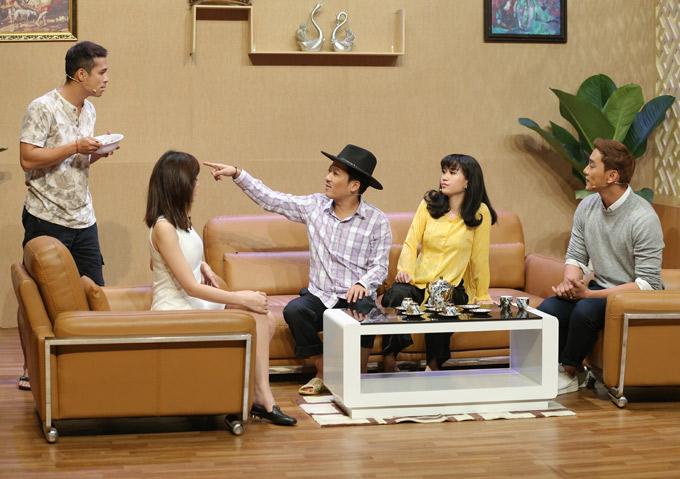 Khách mời Thuận Nguyễn (ngoài cùng bên phải) bị dàn diễn viên hài đặt ra nhiều thử thách như hôn Nam Em, cởi áo khoe cơ thể...