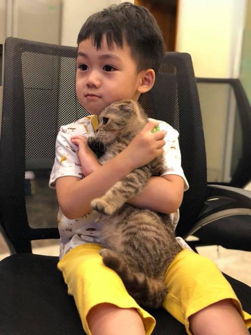Bé Ricky nhà Ngọc Thạch ngày càng chững chạc. Cậu bé rất thích chơi với động vật, nhất là mèo. Ngọc Thạch chia sẻ: Tuổi dê nhưng lại yêu mèo, mà bố lại tuổi mèo nữa nên lại càng yêu.