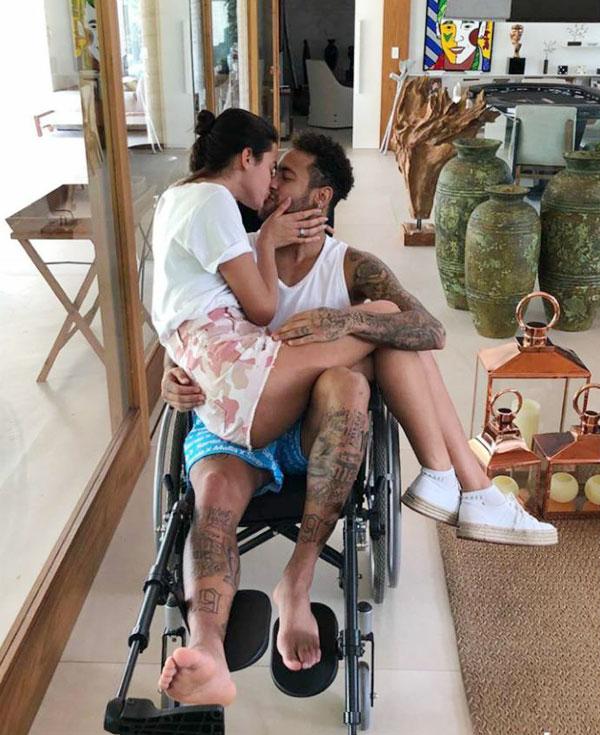Người đẹp Bruna Marquezine ngồi trong lòng Neymar