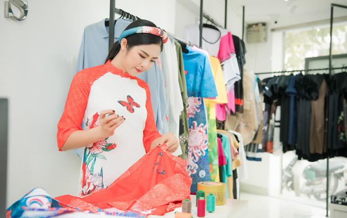 Nói về bộ sưu tập mới, Ngọc Hân cho biết, cô thực hiện dựa trêný tưởng từ những loài hoa đặc trưng cho các quốc gia. Những loài hoa phương Đông dù có phom dáng hiện đại nhưng vẫn giữ được nét truyền thống của áo dài dân tộc.