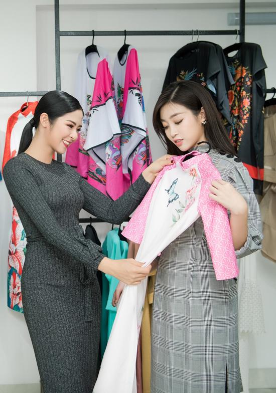 Hoa hậu Việt Nam 2010 vừa trở về sau chuyến du lịch dài ngày tại London và Scotland.Cô khen Mỹ Linh có làn da trắng nên đã lựa bộ áo dài cótông hồng pastel hợp với nhan sắc trẻ trung của đàn em.