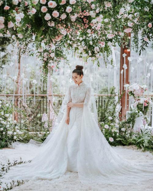 ... thì cô dâu xuất hiện như một nàng thơ trong mẫu váy cưới của nhà thiết kế người Indonesia, Yefta Gunawan.