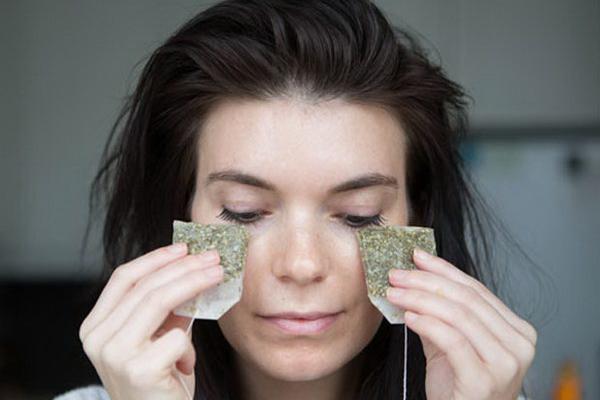 Đắp hai túi trà hoa cúc đã qua sử dụng lên mắt mỗi ngày sẽ giúp làm dịu đôi mắt nhức mỏi, tăng cường độ săn chắc cho vùng da mắt, chống lão hoá hiệu quả.