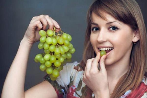 Ăn nho thường xuyên Nho chứa nhiều hợp chất chống lão hoá tự nhiên, ăn thường xuyên giúp giảm các nếp nhăn toàn diện.