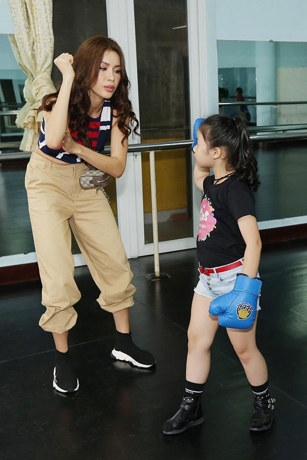 Ở màn giới thiệu trang phục thể thao, người đẹpđã gặp gỡ từng bé để hướng dẫn, thị phạm, giúp các bé tự tin hơn khi trinh diễn.