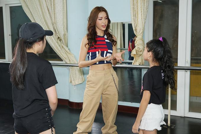 Minh Tú chia sẻ: Tôi rất bất ngờ khi các bé dám tự tin thể hiện cá tính của mình. Bên cạnh những bước catwalk mạnh mẽ trong trang phục thể thao, các bé còn gây ấn tượng bởi phong thái trình diễn chẳng kém người mẫu chuyên nghiệp. Đây là một tín hiệu đáng mừng cho thời trang Việt trong tương lai.