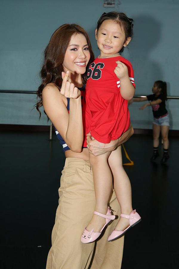 Để chuẩn bị cho màn trình diễn tại sự kiện Asian Kids Fashion Week, chiều ngày 3/3, siêu mẫu Minh Tú có mặt tại trường múa TP HCM để tham gia tập luyện cùng các mẫu nhí.