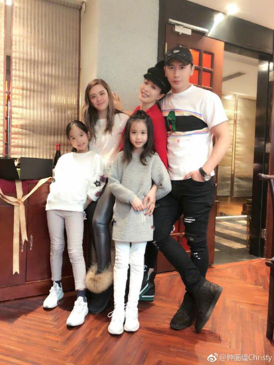 Trên trang cá nhân, Chung LệĐề chia sẻảnh hạnh phúc bên chồng trẻ và ba con gái. Ba bé đều là con riêng của bom sex gốc Việt với những người chồng trước.