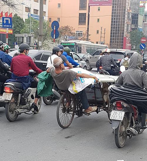 Ông cụ nằm ngửa đạp xe xích lô chở tôn nhựa - 1