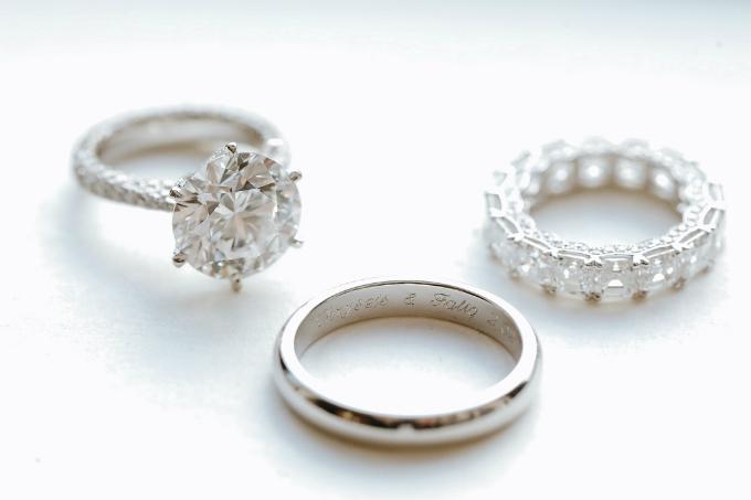 Nhẫn cưới đính kim cương của cặp uyên ương thừa kế những tập đoàn danh giá.