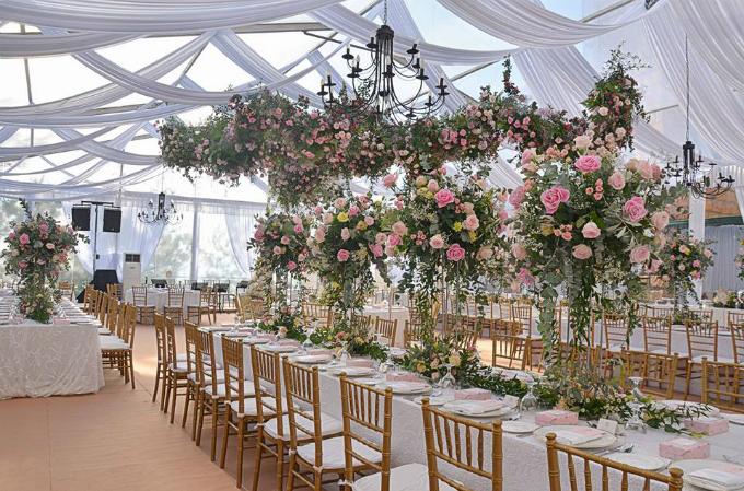 Cô dâu chú rể lựa chọn kiểu bàn tiệc dài để phù hợp với nội dung tiệc cưới có nhiều hoạt động giải trí.
