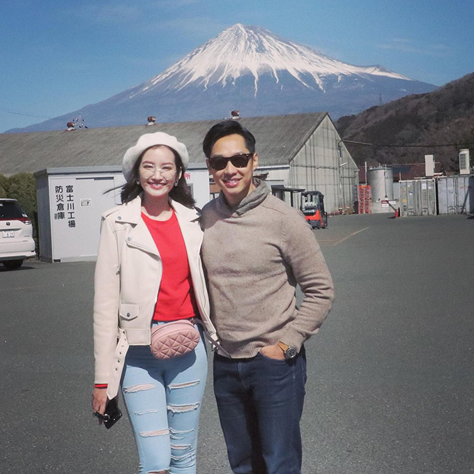 Vợ chồng Trúc Diễm - John Từ đến thăm núi Phú Sĩ trong chuyến đi công tác Nhật Bản.
