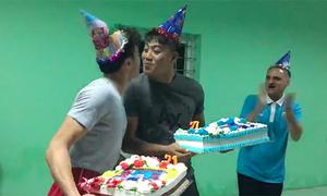 Thủ môn Tiến Dũng và Bửu Ngọc 'hôn' nhau trong tiệc sinh nhật