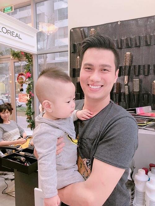Việt Anh đích thân ra tay cắt tóc cho con trai: Chuẩn bị cho ngày quan trọng đầu tiên trong đời của cậu cả... Tút lại vẻ đẹp trai, lần đầu bố làm thợ cắt tóc.