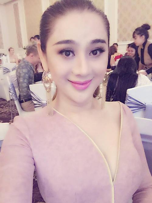 Lâm Chi Khanh lên đồ lồng lộn để đi hát góp vui trong đám cưới một người bạn.