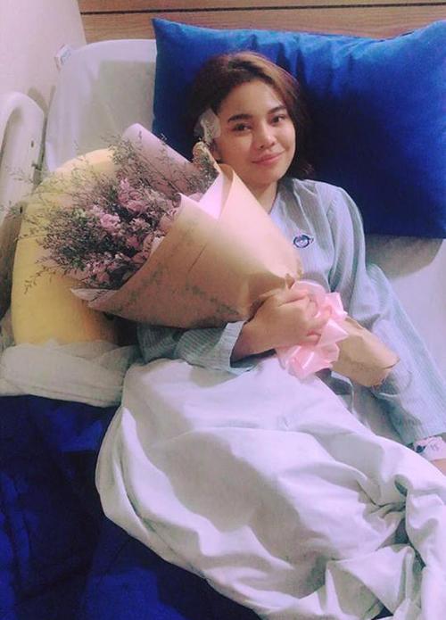 Giang Hồng Ngọc đăng ảnh cập nhật tình trạng sau khi phẫu thuật. Cô viết: Mọi thứ đã ổn hơn, sau khi ra phòng mổ nhận được bó hoa thật tươi tắn từ người secret, cảm thấy hạnh phúc thật nhiều.