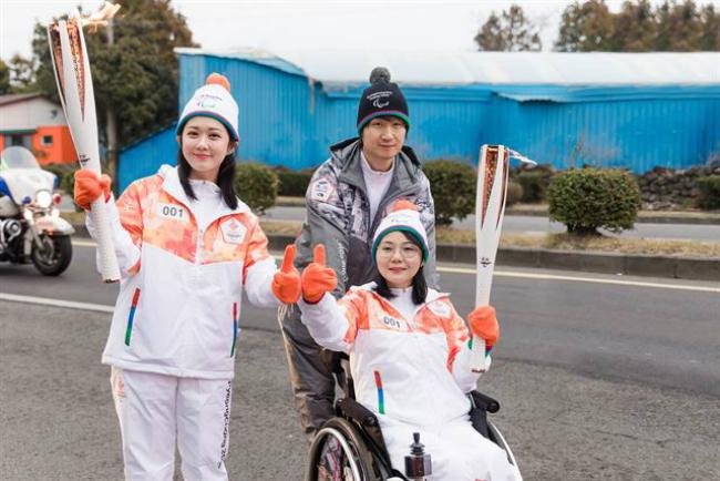 Jang Nara là một trong 50 người tham gia rướcđuốc trong Thế vận hội PyeongChang Paralmpics 2018, sự kiện khai mạc hôm cuối tuần vừa rồi tại Hàn Quốc. Cùng với những vậnđộng viên khuyết tật, nữ diễn viên nổi tiếng mặc trang phục thể thao cầm trên tay câyđuốc Thế vận hội.