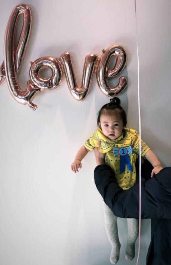 Trần Quán Hy phấn khích hò reo cùng con gái cưng trong ngày sinh nhật - 4