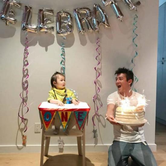 Ngày 3/3, Trần Quán Hy và bà xã Tần Thư Bồi tổ chức sinh nhật 1 tuổi cho con gái Alaia ở Mỹ. Nhiều thành viên trong giađình hai bênđã bay sang Los Angelesđể chúc mừng bé gái bước sang tuổi mới. Bữa tiệcđược tổ chức tại giađình, trong không khí rấtấm cúng.