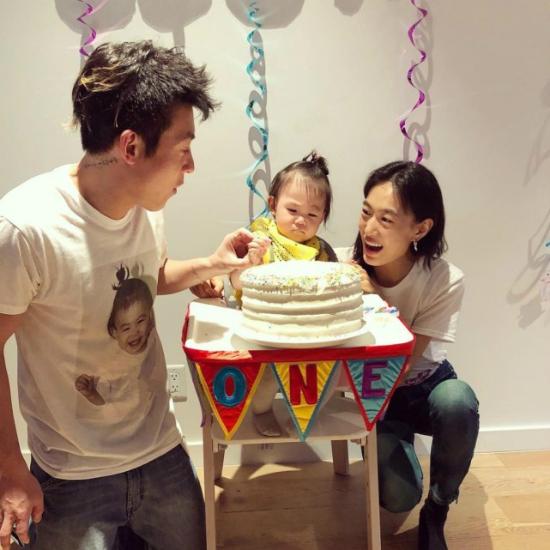 Quán Hy và Tần Thư Bồi chúc mừng con gái tròn 1 tuổi. Em bé có khuôn mặt giống hệt bố.
