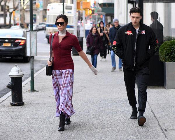 Nhà thiết kế thời trang xuống phố với trang phục nằm trong bộ sưu tập mơi nhất.