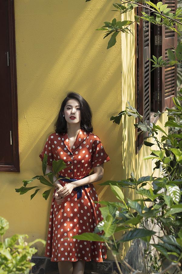 Hạ Vi với hình ảnh nhẹ nhàng, đầy nữ tính khi khoác lên mình các mẫu váy áo vintage, retro.