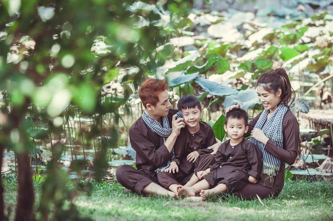 Vợ chồng Đăng Khôi đưa hai con về miền Tây tập làm nông dân