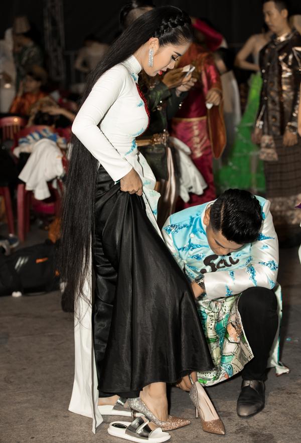 Lê Phương và ông xã Trung Kiên hào hứng dự Lễ hội áo dài tại TP HCM. Cặp đôi chuẩn bị trang phục, phụ kiện cẩn thậntrước khi ra sàn diễn.