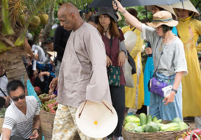 Ngoài các pha rượt đuổi ngoạn mục trong phim Girls 2 - Những cô gái và găng tơ, cựuvõ sĩ quyền Anh Mike Tyson còn có cảnh đội nón lá, mặc trang phục bà ba như nông dân miền Tây Nam Bộ đi bán trái cây.