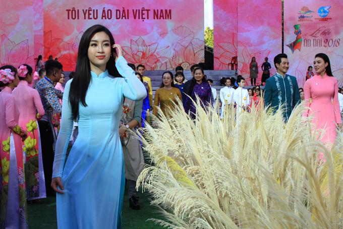 Đỗ Mỹ Linh là đại sứ hình ảnh của chương trình Lễ hội áo dài 2018. Cô duyên dáng khoe sắc trong lễkhai mạc Triển lãm áo dài tại TP HCM.