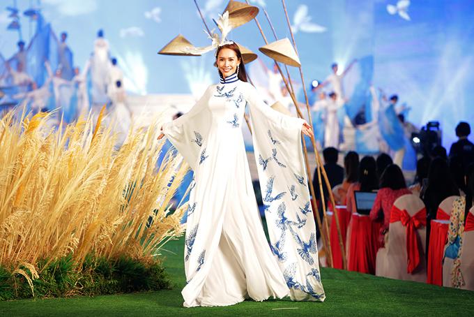 Hoa hậu Phụ nữ Việt Nam qua ảnh 2012 Phan Thu Quyên làm vedette trong tiết mục giới thiệu sưu tập Giấc mơ hòa bình của nhà thiết kế Ngô Nhật Huy tại Lễ hội áo dài 2018.