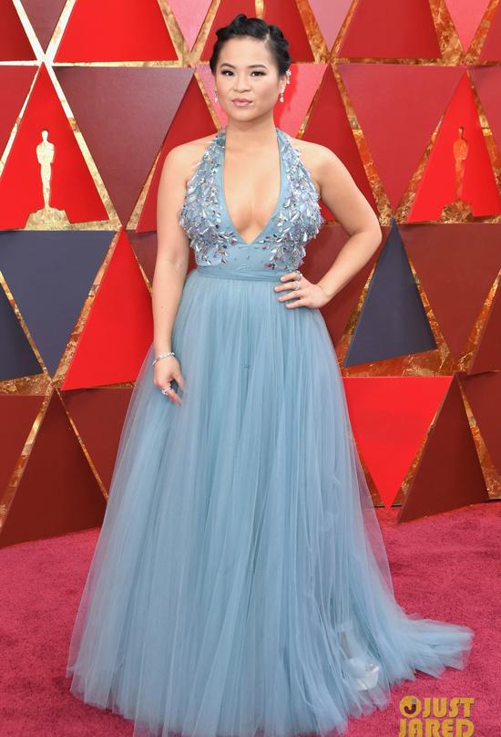 Kelly Marie Trần diện bộ đầm gợi cảm tham dự lễ trao giải Oscar tại nhà hát Dolby ở Los Angeles tối 4/3 (sáng 5/3 theo giờ Việt Nam). Cô là ngôi sao trong bộ phim Star Wars: The Last Jedi - tác phẩm giành 4 đề cử tại Oscar năm nay.