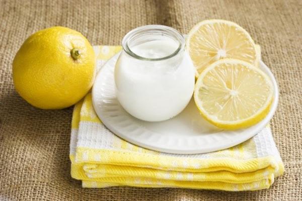 Trộn 3 thìa cafe sữa chua không đường với 3 giọt nước cốt chanh, đắp lên da sau khi làm sạch để cân bằng độ ẩm. Đây là mặt nạ phù hợp với da dầu.