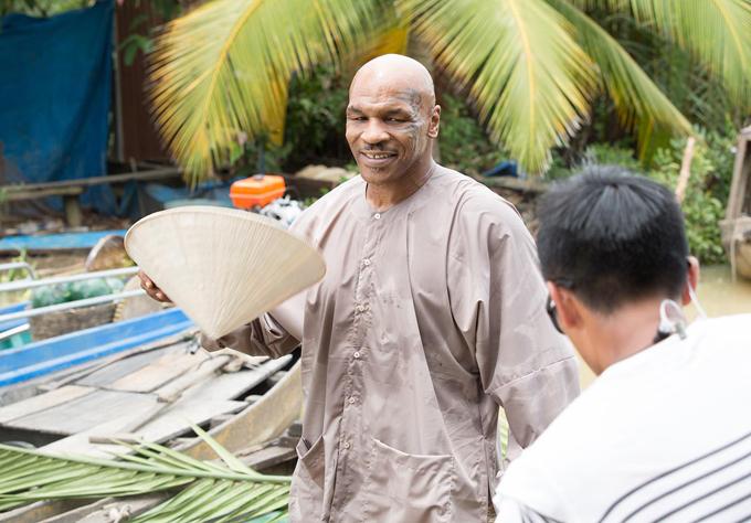 Huyền thoại boxing thế giới trông khá lạ lẫm trong lần đầu sang Việt Nam đóng phim hài.