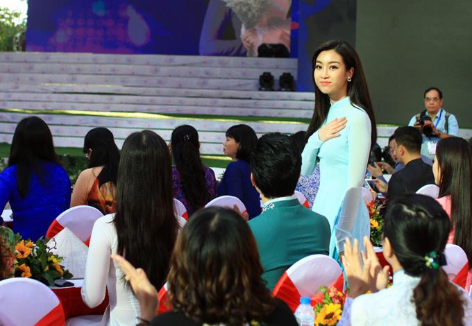 Hoa hậu Việt Nam 2016 chia sẻ, cô rất vinh dự khi góp mặt trong sự kiện tôn vinh quốc phục của dân tộc.