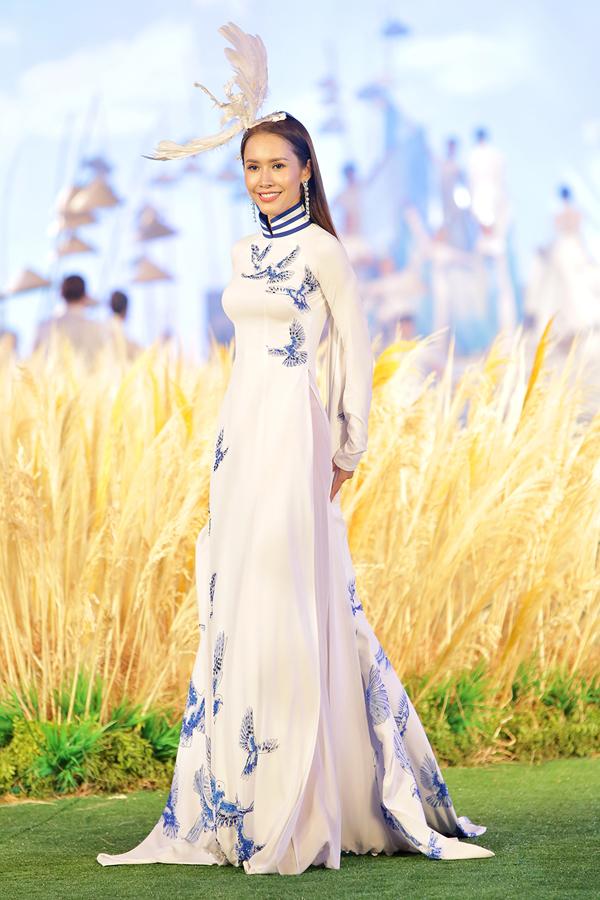 Người đẹp gây chú ý với trang phục ôm khít cơ thể, phụ kiện cài đầu hình cánh chim.