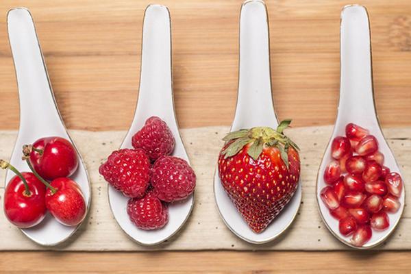 Dùng 1/2 quả cà chua và 3 - 4 quả dâu tây xay nhuyễn, đắp lên da. 2 loại quả này giúp sát khuẩn, kiểm soát bã nhờn và làm trắng da rất hiệu quả.
