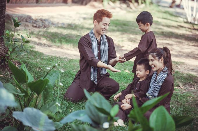 Vợ chồng Đăng Khôi đưa hai con về miền Tây tập làm nông dân - 1