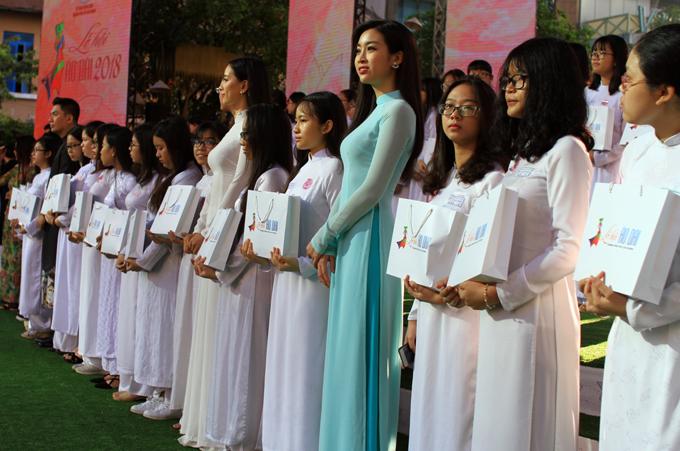 Người đẹp trao học bổng cho các học sinh, sinh viên nghèo học giỏi.